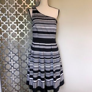 MAGGY LONDON size 8 black/white one shoulder dress